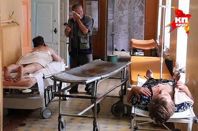 Раненые жители Славянска в помещениях больницы