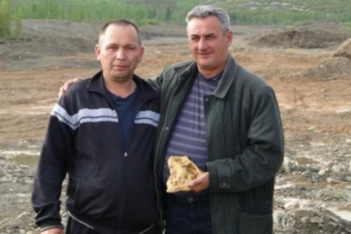 Сергей Козлов (справа) вместе с бульдозеристом Алижоном Шермаевым, нашедшим