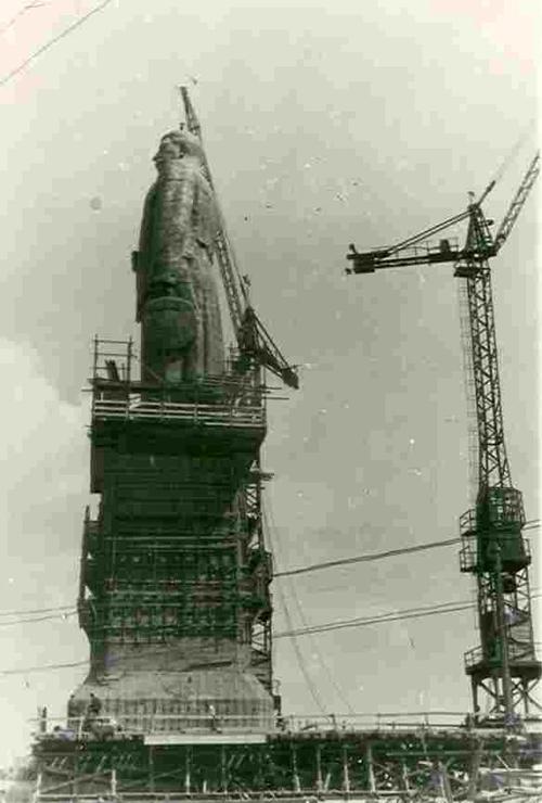 1952 год. В Сталинграде ставят очередной памятник вождю народов. Но уже через каких-то 10 лет не станет ни памятника, ни Сталинграда.