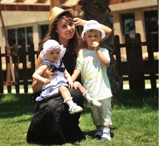 Меж тем, в своем Интернет-блоге красавица рассказала поклонникам последние новости из жизни своих детей - Федора и Елизаветы