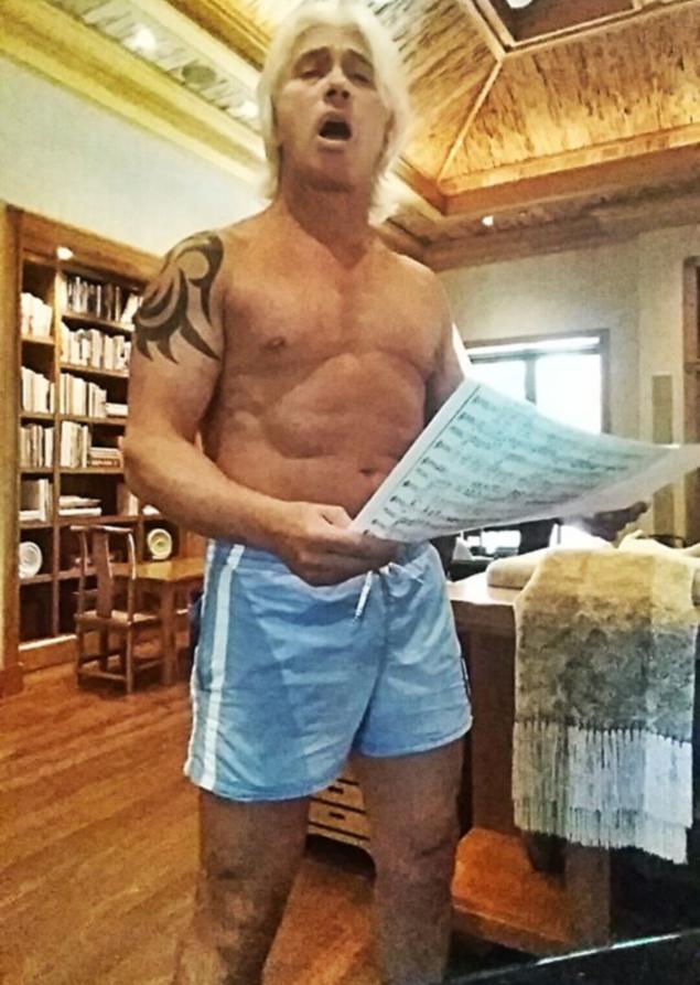 Дмитрий Хворостовский и без одежды - ого-го! // KP.RU: http://www.kp.ru/daily/26269/3147594/