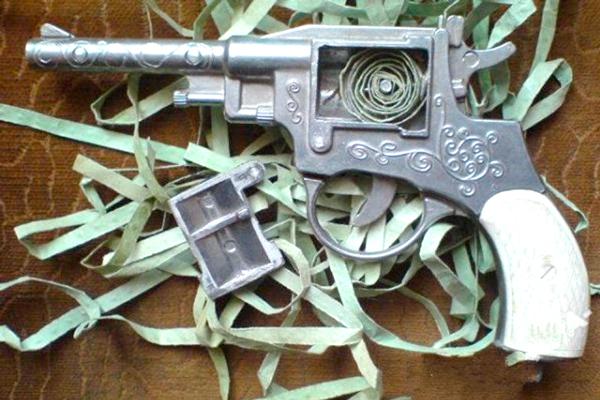 Металлический пистолет