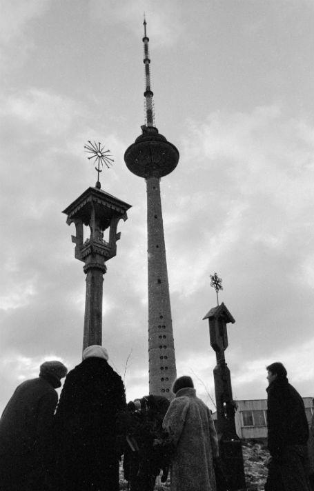 Жители Вильнюса возле мемориала в память жертв 13 января 1991 г. у телебашни. Снимок - январь 1992 года Фото: РИА Новости
