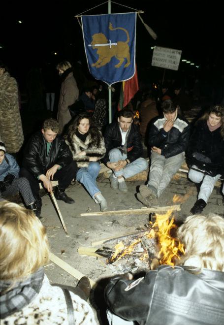 Руководство Верховного Совета Литвы призвало население выйти на улицы и принять участие в охране зданий. Снимок - 15 января 1991 года Фото: РИА Новости