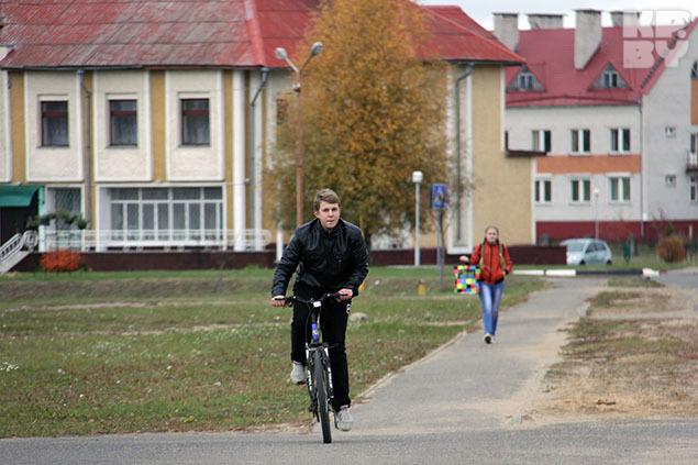 По Дрибину передвигаются на велосипедах - в городе есть даже велопарковки! Фото: Ксения Савченкова.