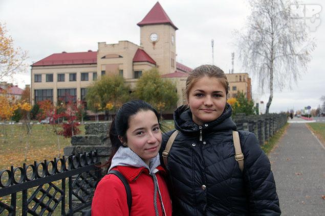 Школьницы Кристина и Настя Дрибин любят и не исключают возможности вернуться сюда после учебы. Фото: Ксения Савченкова.