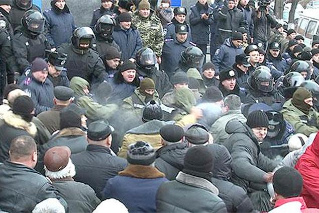 В Виннице толпа националистов разгромила областную администрацию ...