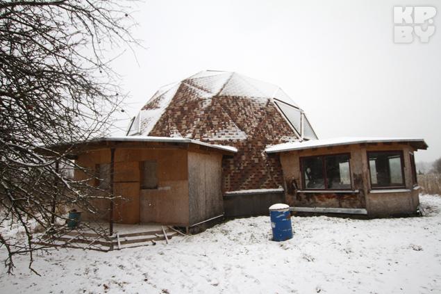 Купольный дом похож на мяч закопанный
