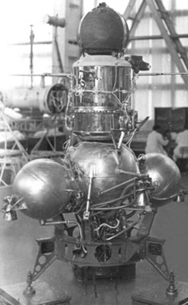 На снимках Луны, сделанных во время экспедиции «Аполлона-15», видны НЛО и какие-то руины (6 фото + видео)