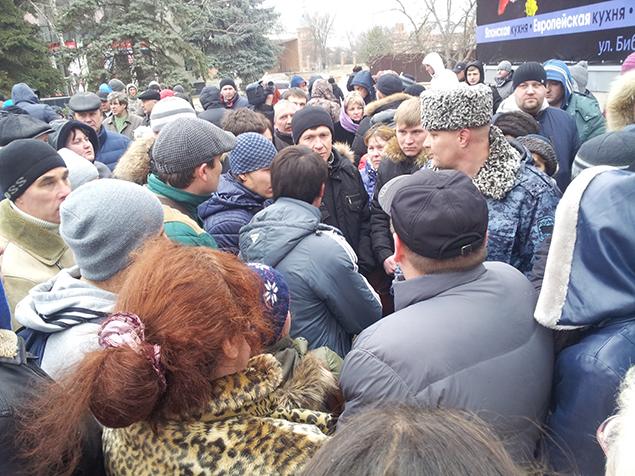 Жители Минвод перекрыли федеральную трассу «Кавказ» с требованием расследовать убийство спецназовца