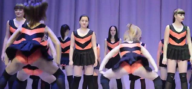 Девочки показуют попы фото 209-710