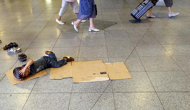 Беженец-ребёнок спит на полу вокзала в Европе