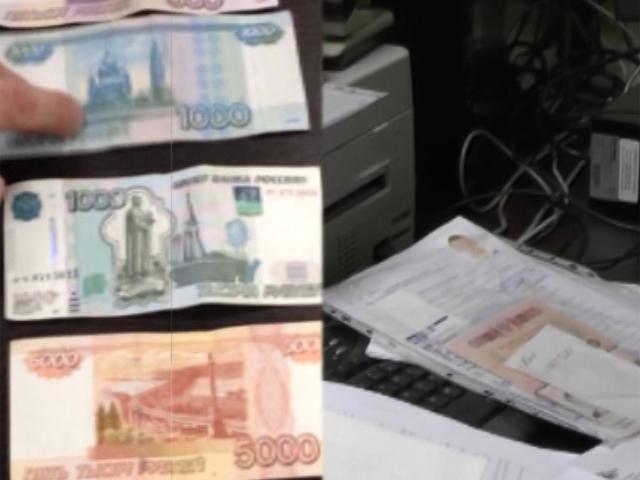Сотрудница ФМС оформляла мигрантам документы и даже продавала заграничные паспорта