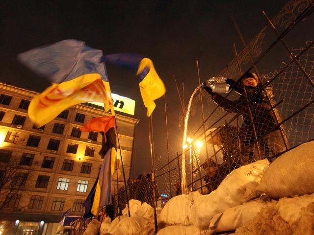 На Майдане заново отстраивают баррикады и ждут подкрепления: крови никто не хочет