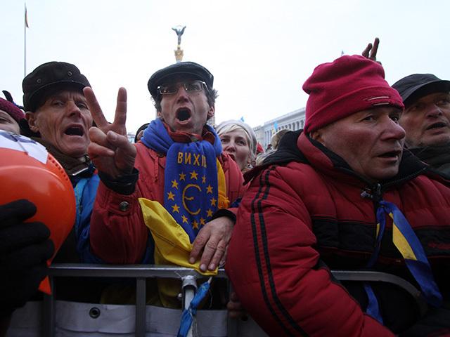 Полмиллиона митингующих поют гимн Украины