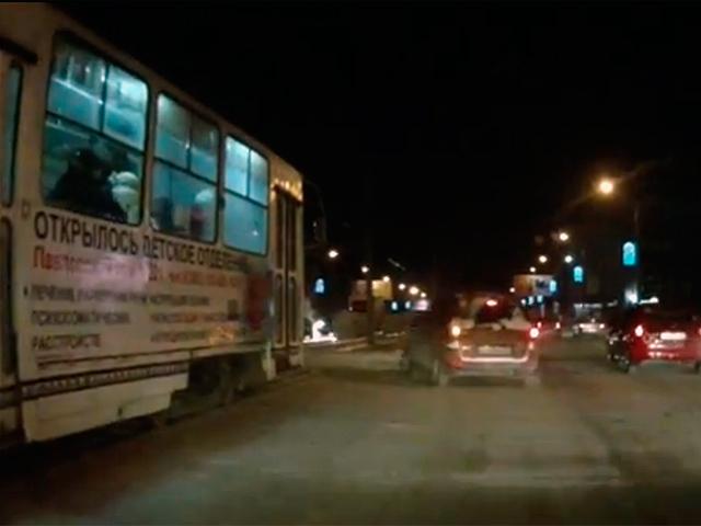 В Барнауле столкнулись «Mazda Demio» и трамвай (декабрь 2013 год)