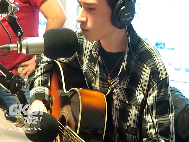 16-летний парень из Канады поет, как Элвис Пресли