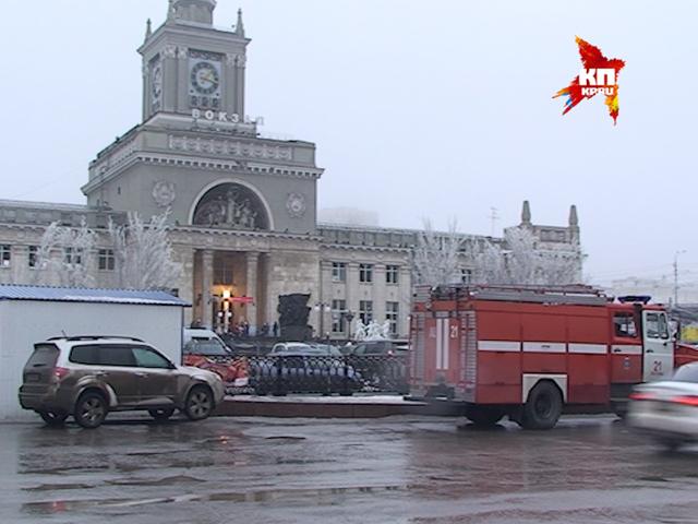 На месте теракта в Волгограде работают кинологи, взрывотехники, а также сотрудники ФСБ, МВД и МЧС