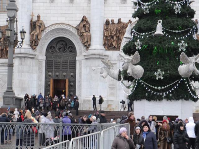 В очереди к Храму Христа Спасителя по-прежнему стоят около трех тысяч человек