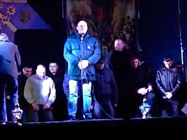 Львовский «Беркут» на коленях попросил прощения у людей