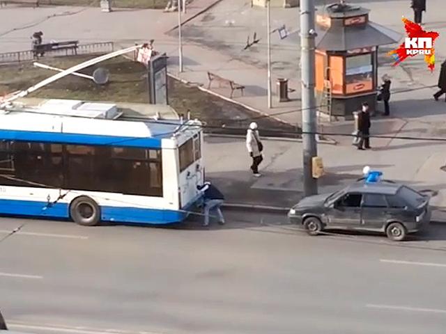 Самое нелепое ДТП года: парни зацепили свою машину к троллейбусу и влетели на ней в две иномарки