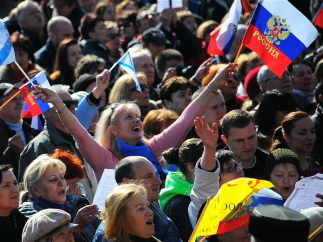 Севастопольцы слушают речь Путина на площади Нахимова
