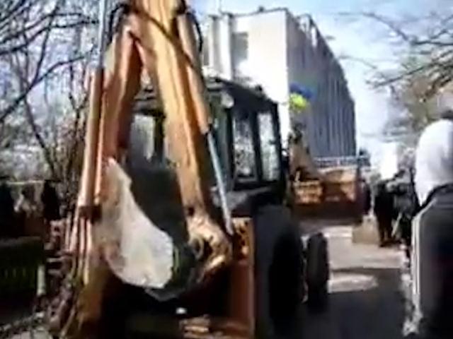 Ворота украинской базы в Новоозерном снесли трактором