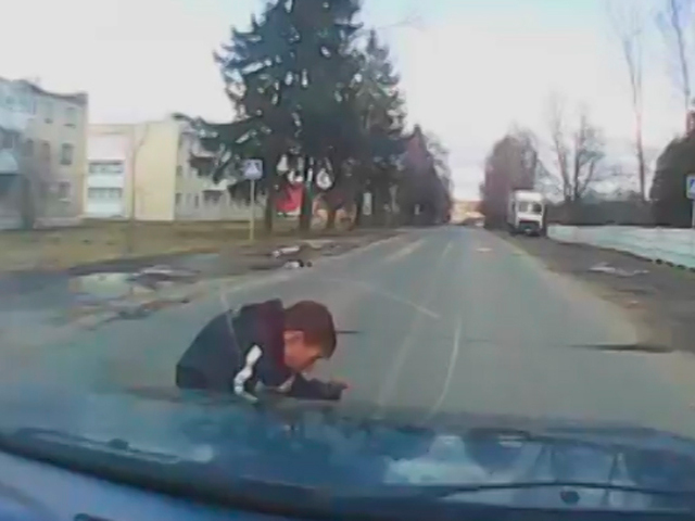 Автомобиль сбил ребенка, выбежавшего из-за стоящего автобуса