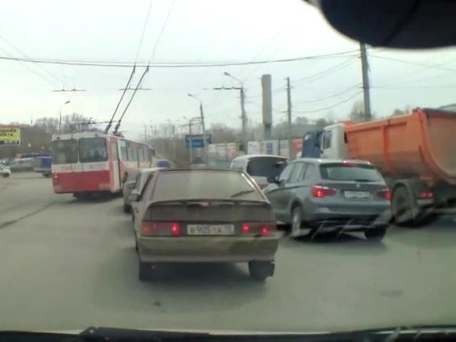 Троллейбус объезжает пробку по встречке