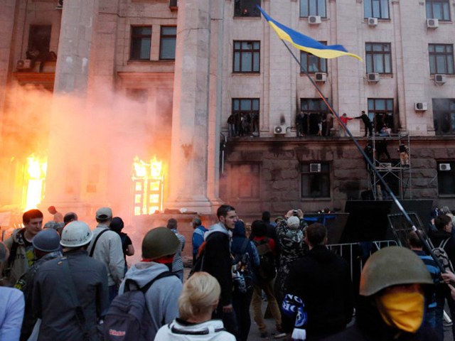 Осторожно, шокирующее видео: Несколько десятков человек погибли во время пожара в Доме профсоюзов в Одессе