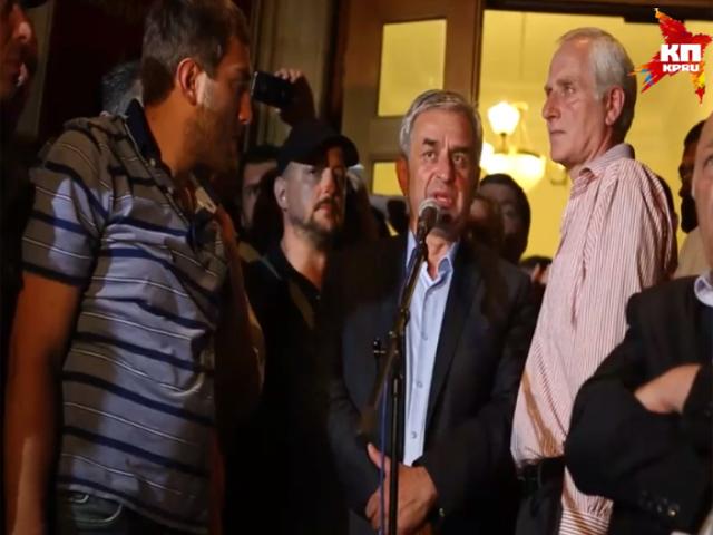 Абхазский парламент призвал президента уйти в отставку