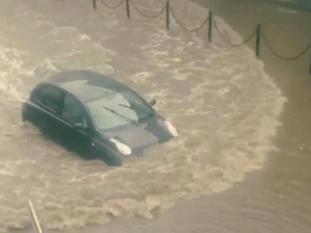 """Последствия ливня в Нижнем: автомобили """"поплыли"""" по улицам города"""