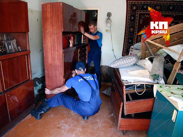 Спасатели помогают жителям барнаульского поселка Ильича (июнь 2014 года)