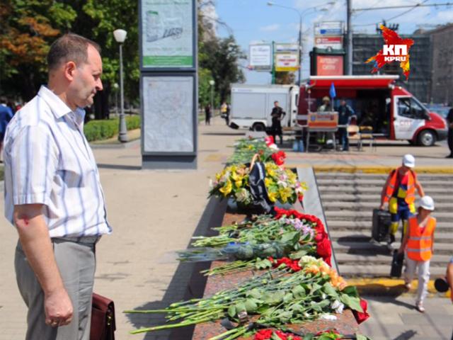 Москвичи несут цветы к станциям «Славянский бульвар» и «Парк Победы»