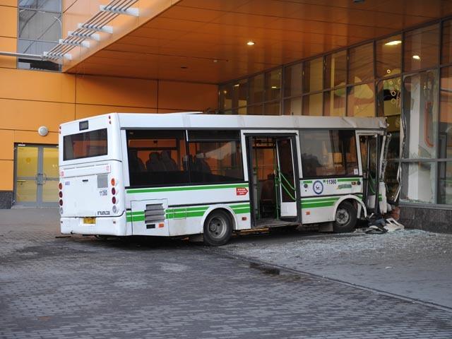 В Москве автобус въехал в торговый центр у станции метро «Речной вокзал»