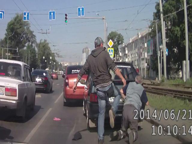 В Челябинске лихач избил водителя за то, что тот не стал проскакивать на мигающий желтый