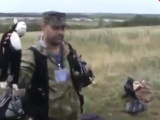 Западные СМИ обвинили плачущего на месте авиакатастрофы ополченца в мародерстве