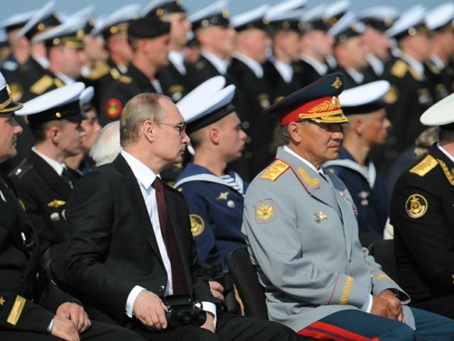В день ВМФ Владимир Путин принял морской парад в Заполярье