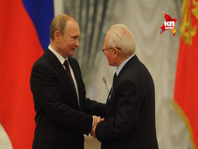 Владимир Путин наградил космонавтов, политиков и артистов