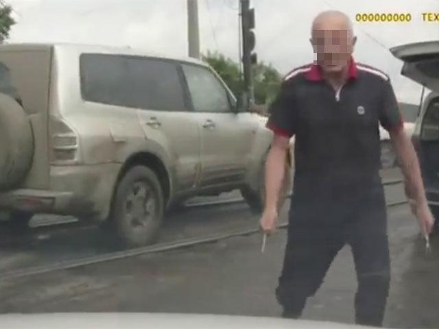 Дорожный конфликт в Иркутске: автомобилист проколол машину обидчика… шампурами