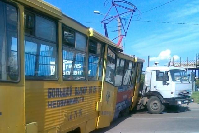 КамАЗ врезался в трамвай под Иркутском, видео с регистратора