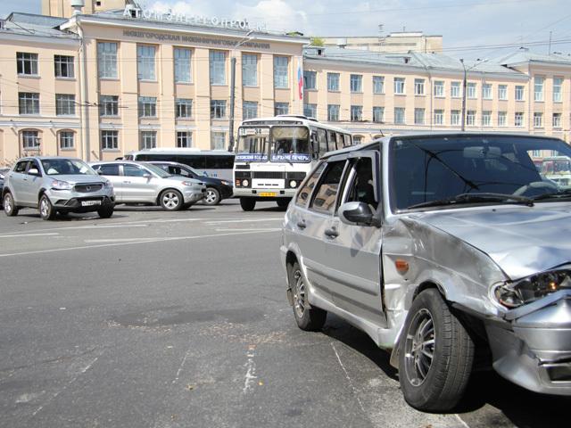 """ДТП на пл.Свободы: Иномарка, нарушив ПДД, врезалась в """"Ладу"""""""