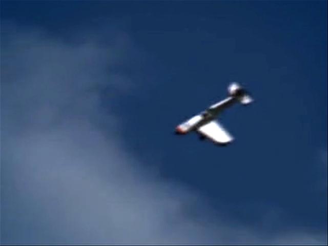 Летчик мастерски сажает самолет, у которого отлетело крыло