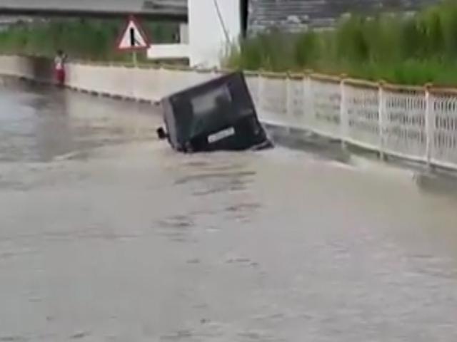 Водитель внедорожника решил проехать через огромную лужу под мостом в Адлере