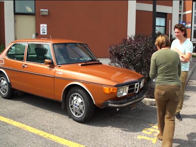 Бизнесмен из Торонто подарил своей матери машину, о которой она мечтала всю жизнь