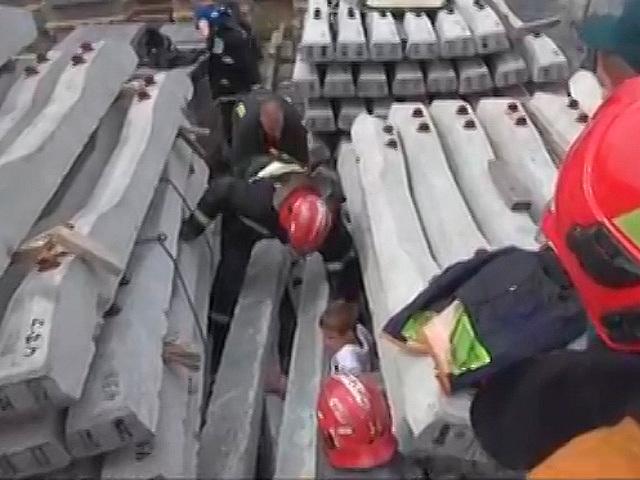 Как спасатели доставали мальчика из-под железобетонных плит
