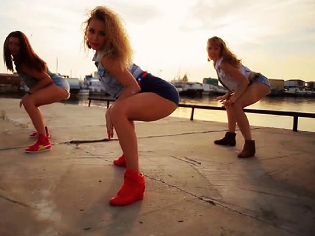 Видео с сексапильными сибирячками набрало более 30 млн. просмотров