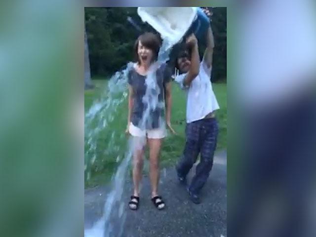 Николь Кидман облилась водой и показала, что у нее под маечкой