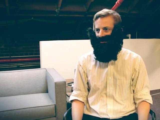 Гладкие и гордые: видеорепортаж из клуба парней, которые не могут отрастить бороду