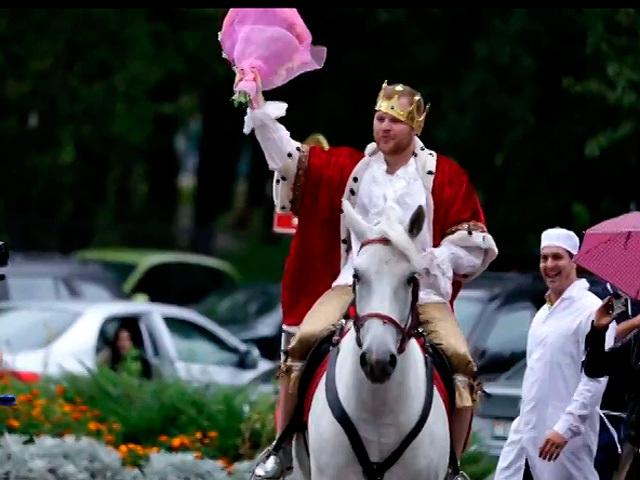 Молодой отец встречал жену из роддома на белом коне